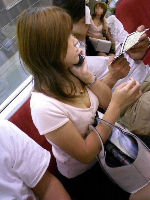 【盗撮画像】電車内で素人女性の胸チラがめちゃくちゃエロいんだがww 35枚 No.33