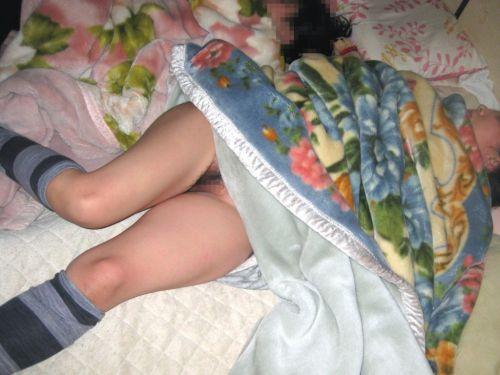 女の子の寝相が悪くてパンツが見えたり脱いでる盗撮エロ画像! 50枚 No.1
