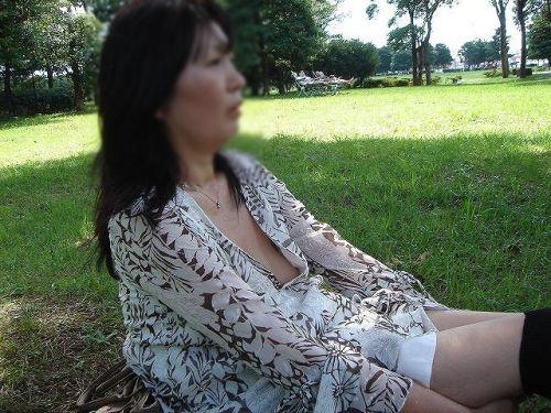ノースリーブ姿で街を歩いてるお姉さんの胸チラ盗撮画像 38枚 No.7