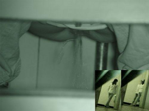 【画像】和式トイレで勢い良くお○っこを飛ばすお姉さんや陰毛がエロ過ぎる! 35枚 No.2