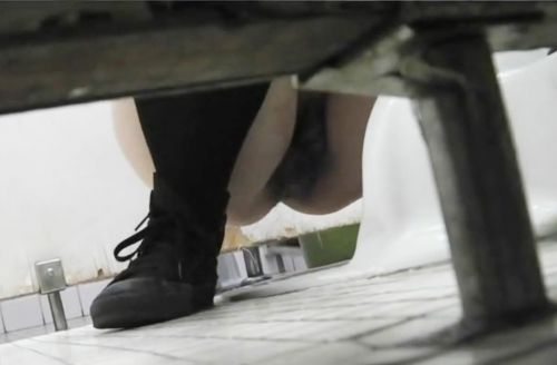 【画像】和式トイレで勢い良くお○っこを飛ばすお姉さんや陰毛がエロ過ぎる! 35枚 No.8