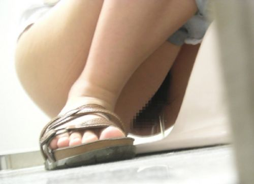 【画像】和式トイレで勢い良くお○っこを飛ばすお姉さんや陰毛がエロ過ぎる! 35枚 No.9