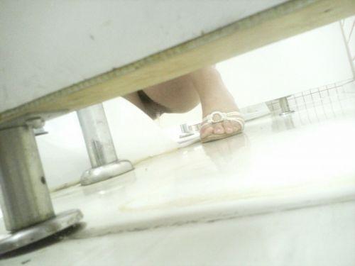 【画像】和式トイレで勢い良くお○っこを飛ばすお姉さんや陰毛がエロ過ぎる! 35枚 No.16