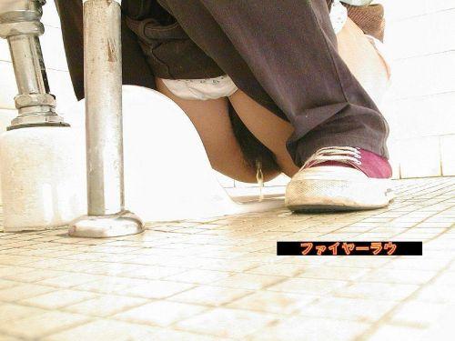 【画像】和式トイレで勢い良くお○っこを飛ばすお姉さんや陰毛がエロ過ぎる! 35枚 No.18