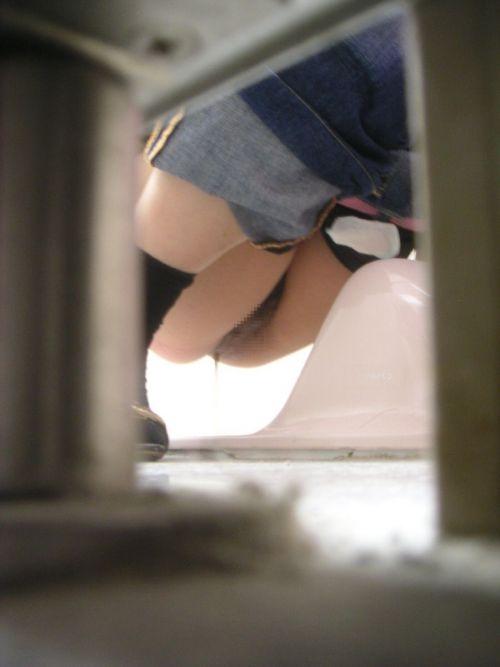 【画像】和式トイレで勢い良くお○っこを飛ばすお姉さんや陰毛がエロ過ぎる! 35枚 No.29