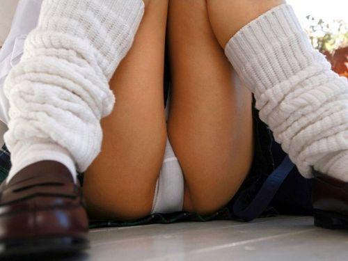 【盗撮画像】階段や地べたに座り込むJKのパンチラ・美脚まとめ 41枚 No.1