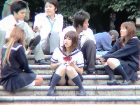 【盗撮画像】階段や地べたに座り込むJKの局部がエロ過ぎwww 41枚 No.31