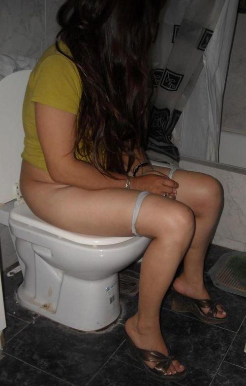 洋式トイレで服を脱いで用を足す女の子の画像エロ過ぎシコった! 44枚 No.2