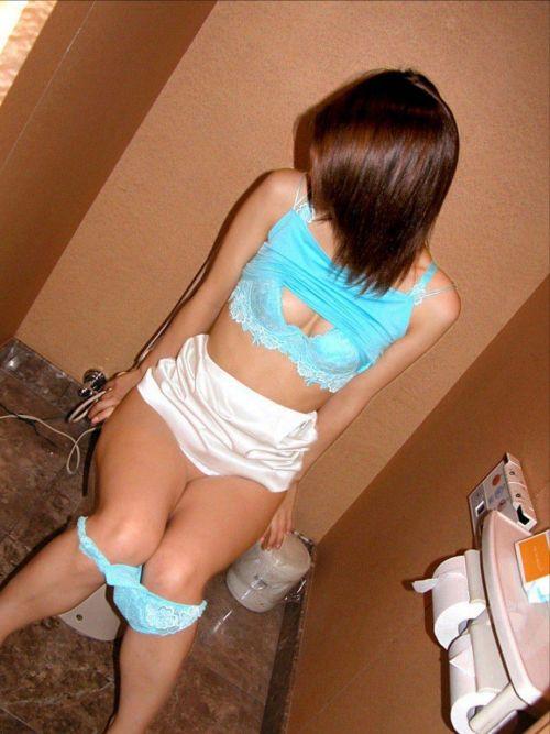 洋式トイレで服を脱いで用を足す女の子の画像エロ過ぎシコった! 44枚 No.10