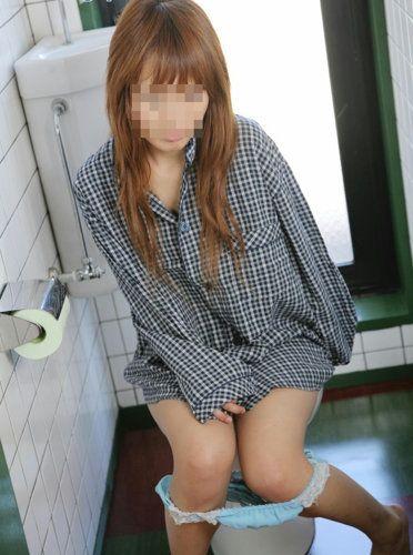 洋式トイレで服を脱いで用を足す女の子の画像エロ過ぎシコった! 44枚 No.17