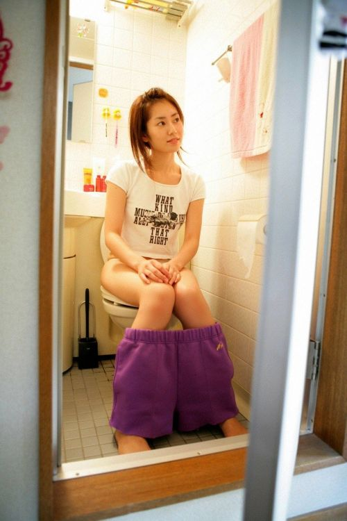 洋式トイレで服を脱いで用を足す女の子の画像エロ過ぎシコった! 44枚 No.38