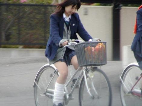 【盗撮】朝から爽やかにパンチラしちゃうJKの自転車通学画像 43枚 No.14