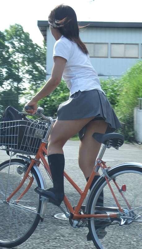 【盗撮】朝から爽やかにパンチラしちゃうJKの自転車通学画像 43枚 No.17
