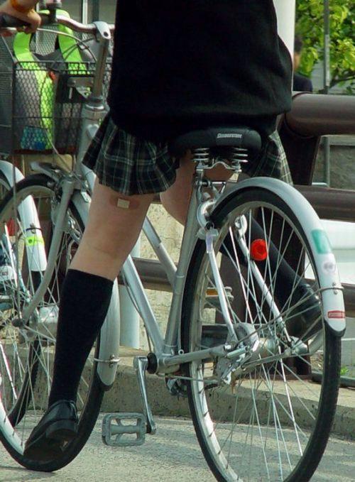 【盗撮】朝から爽やかにパンチラしちゃうJKの自転車通学画像 43枚 No.18
