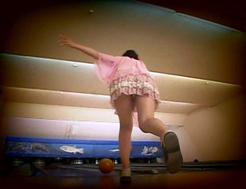 ミニスカでボウリングするギャルやJKがパンチラしてるエロ画像 31枚 No.21