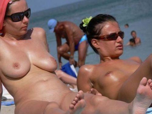 ヌーディストビーチで眉間にシワを寄せてる全裸外国人女性のエロ画像 38枚 No.1