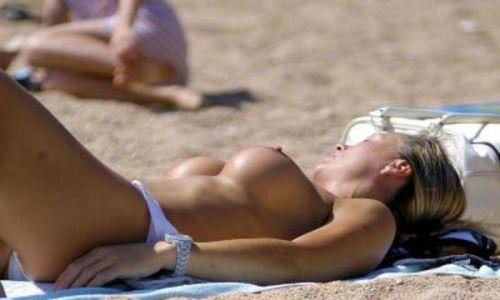 ヌーディストビーチで眉間にシワを寄せてる全裸外国人女性のエロ画像 38枚 No.15