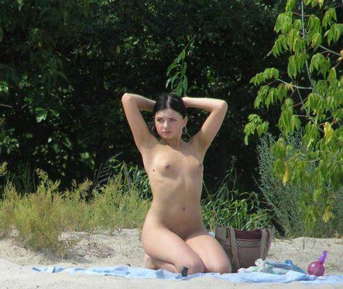 ヌーディストビーチで眉間にシワを寄せてる全裸外国人女性のエロ画像 38枚 No.24