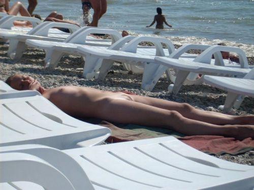 ヌーディストビーチで眉間にシワを寄せてる全裸外国人女性のエロ画像 38枚 No.27