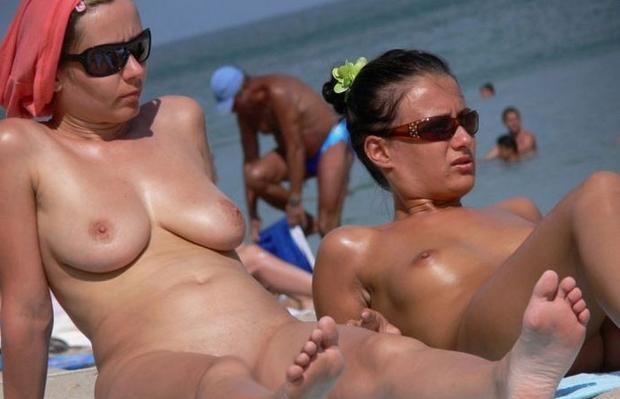 ヌーディストビーチで眉間にシワを寄せてる裸外国人女性のえろ写真 38枚