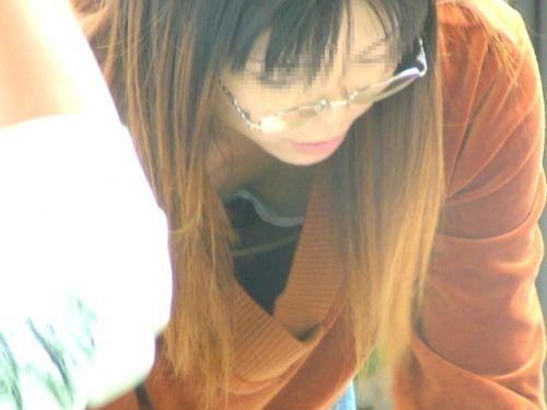 【盗撮画像】巨乳前傾姿勢のお姉さんの胸の谷間がエロ過ぎwww 41枚 No.5