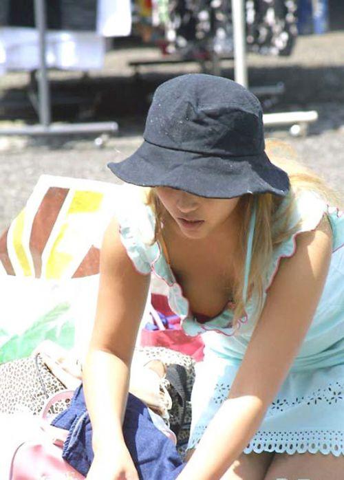 【盗撮画像】巨乳前傾姿勢のお姉さんの胸の谷間がエロ過ぎwww 41枚 No.17