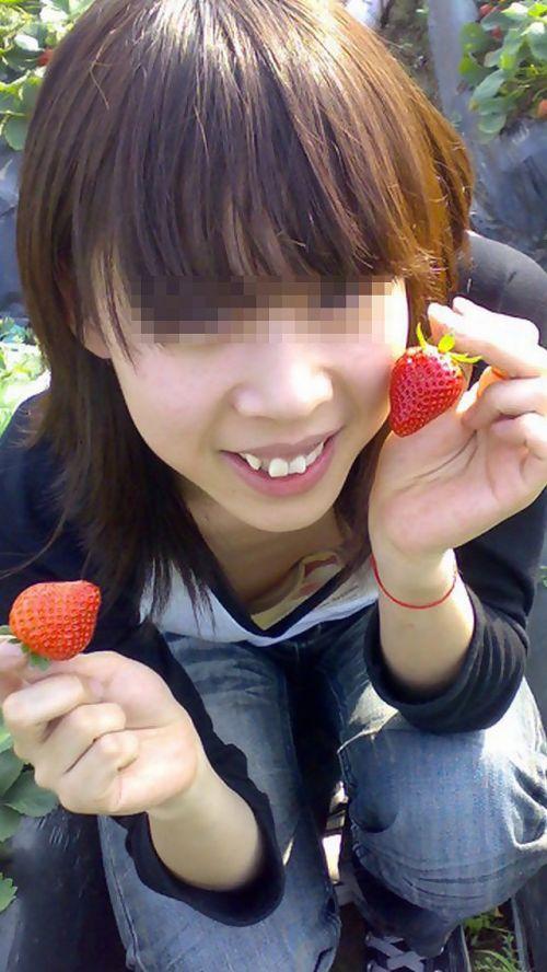 【盗撮画像】巨乳前傾姿勢のお姉さんの胸の谷間がエロ過ぎwww 41枚 No.24