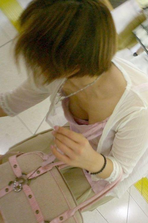 【盗撮画像】巨乳前傾姿勢のお姉さんの胸の谷間がエロ過ぎwww 41枚 No.31