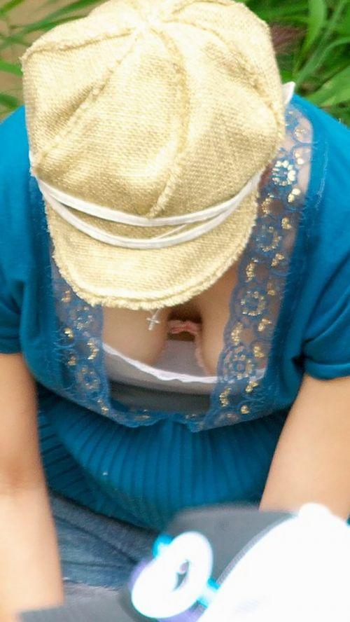 【盗撮画像】巨乳前傾姿勢のお姉さんの胸の谷間がエロ過ぎwww 41枚 No.40