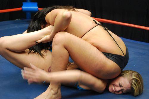 全裸、ニップレス外人女子が全力で戦うキャットファイトのエロ画像 38枚 No.8