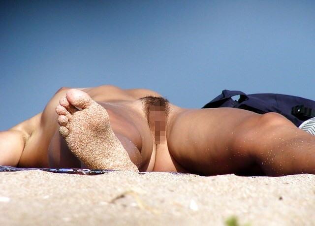 (秘密撮影写真)裸なのを忘れてそうなヌーディストビーチの外人女性 38枚