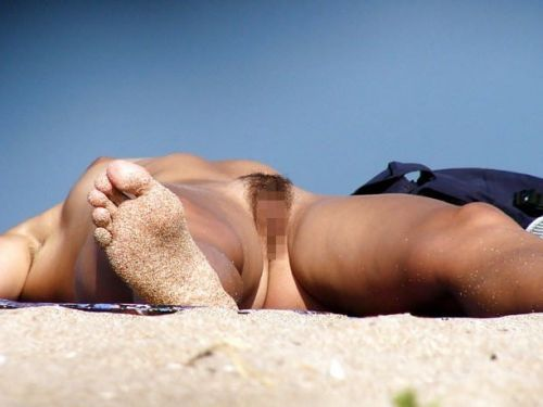 【盗撮画像】全裸なのを忘れてそうなヌーディストビーチの外人女性 38枚 No.1