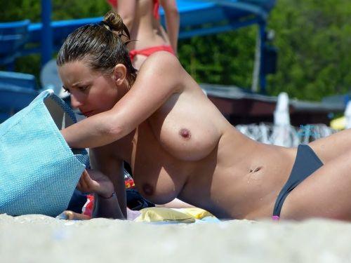 【盗撮画像】全裸なのを忘れてそうなヌーディストビーチの外人女性 38枚 No.4