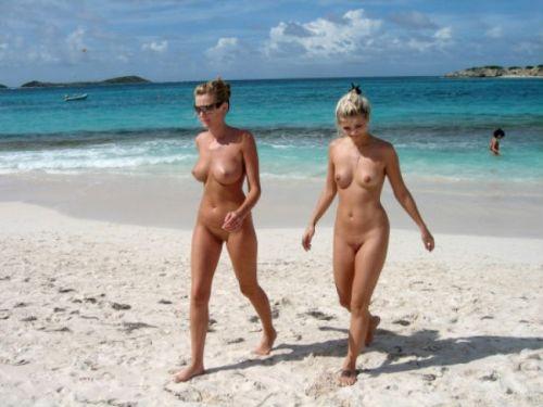 【盗撮画像】全裸なのを忘れてそうなヌーディストビーチの外人女性 38枚 No.10