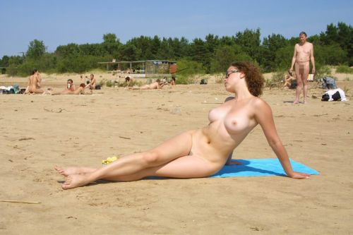 【盗撮画像】全裸なのを忘れてそうなヌーディストビーチの外人女性 38枚 No.15