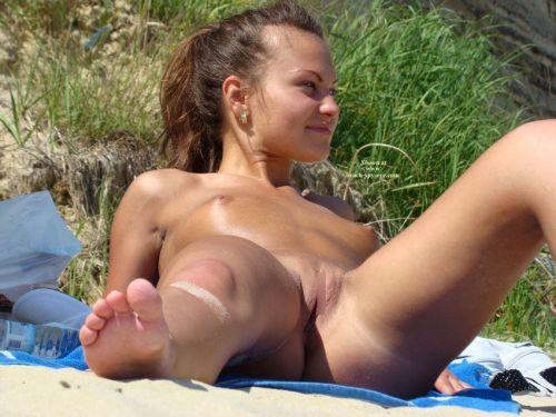 【盗撮画像】全裸なのを忘れてそうなヌーディストビーチの外人女性 38枚 No.23