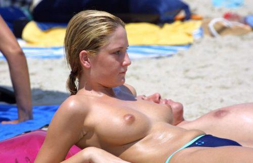 【盗撮画像】全裸なのを忘れてそうなヌーディストビーチの外人女性 38枚 No.35