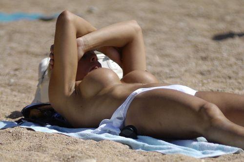【盗撮画像】全裸なのを忘れてそうなヌーディストビーチの外人女性 38枚 No.38
