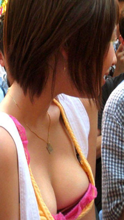 タンクトップの女性のおっぱいの膨らみや胸チラがエロ過ぎ抜けたwww 49枚 No.23