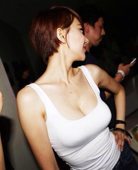 タンクトップの女性のおっぱいの膨らみや胸チラがエロ過ぎ抜けたwww 49枚 No.38