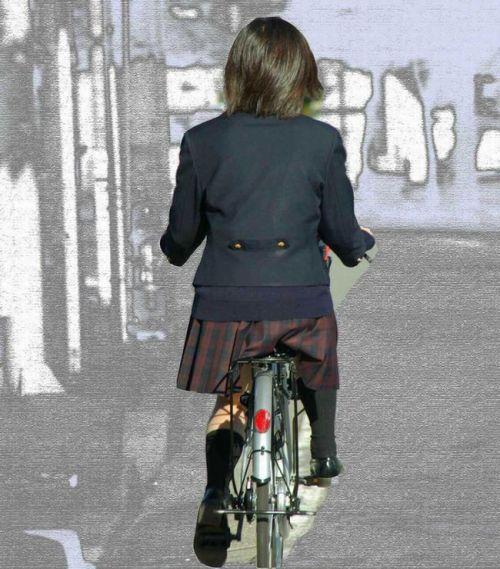 【盗撮】朝一からパンチラしちゃうJKの自転車通学エロ画像 38枚 No.4