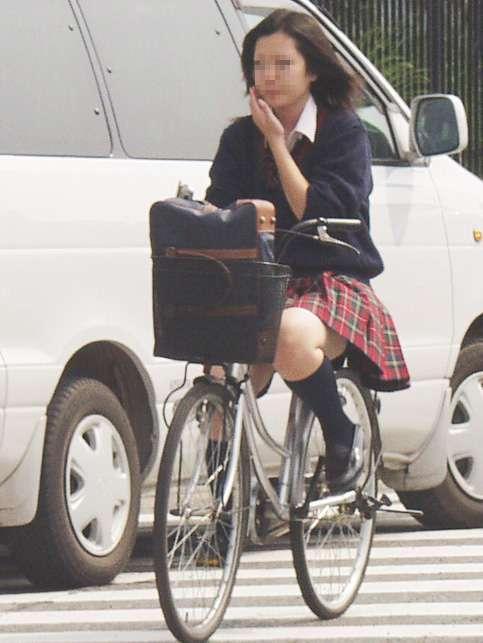【盗撮】朝一からパンチラしちゃうJKの自転車通学エロ画像 38枚 No.7