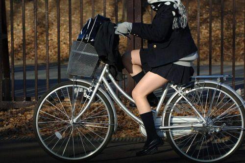 【盗撮】朝一からパンチラしちゃうJKの自転車通学エロ画像 38枚 No.16