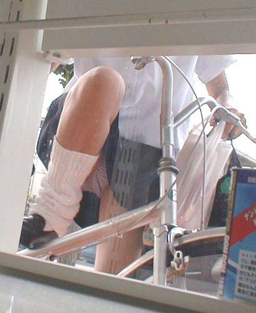 【盗撮】朝一からパンチラしちゃうJKの自転車通学エロ画像 38枚 No.21