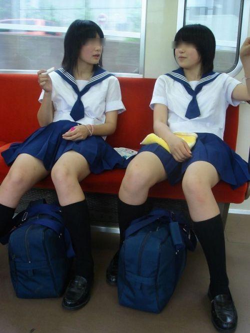 お行儀の悪いJKが電車で座ってパンチラしちゃってる盗撮画像 36枚 No.2