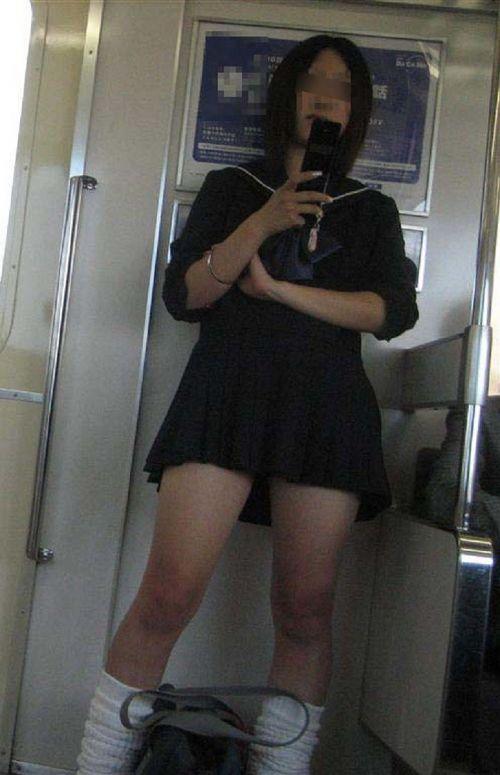 お行儀の悪いJKが電車で座ってパンチラしちゃってる盗撮画像 36枚 No.4