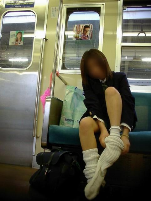 お行儀の悪いJKが電車で座ってパンチラしちゃってる盗撮画像 36枚 No.5