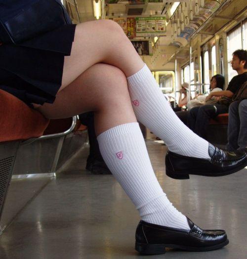お行儀の悪いJKが電車で座ってパンチラしちゃってる盗撮画像 36枚 No.8