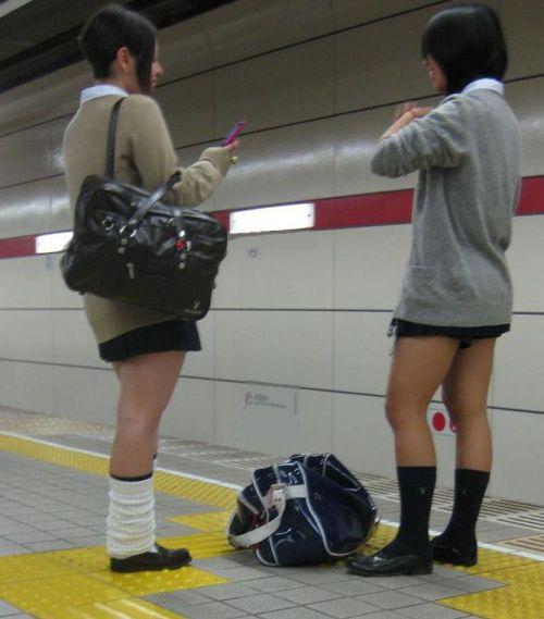 お行儀の悪いJKが電車で座ってパンチラしちゃってる盗撮画像 36枚 No.10