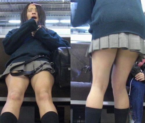 お行儀の悪いJKが電車で座ってパンチラしちゃってる盗撮画像 36枚 No.11